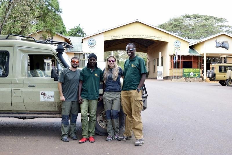 Daniel, Bruno, Laura y Eli en la entrada de Ngorongoro. Por Daniel