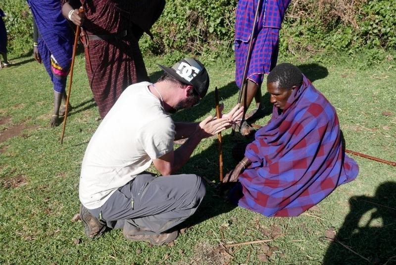 Aprendiendo a hacer fuego con los masais. Por Victor