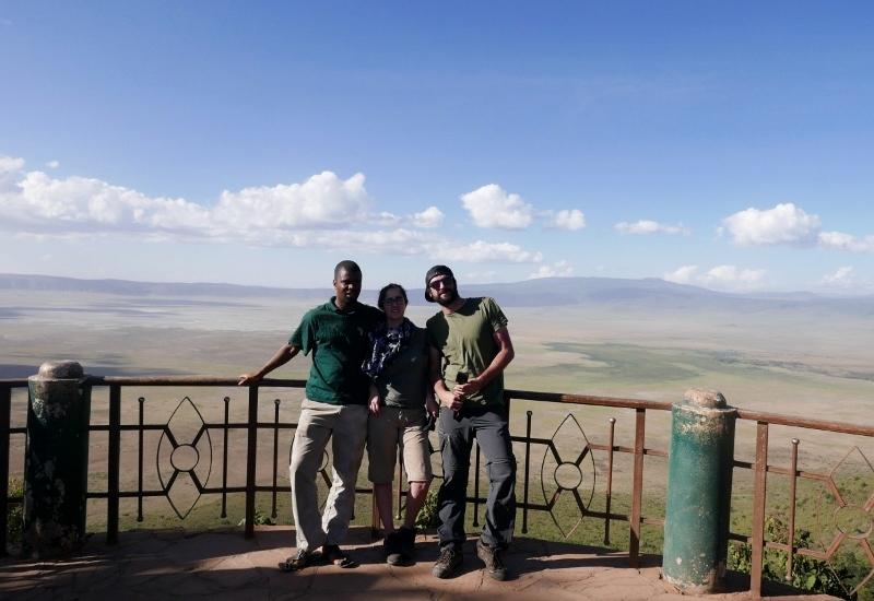 En el mirador de Ngorongoro, Andrew, Fabiola y Victor. Por Fabiola