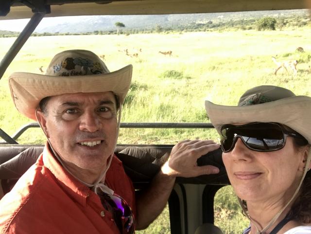 Jorge y Marisa, durante el safari. Por Jorge