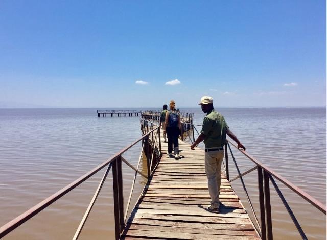 Joshua y Paul paseando pole pole con nosotras por el lago Manyara. Por Noelia