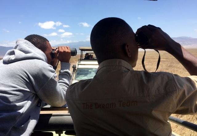 Paul y Joshua, The Dream Team, buscando al rinoceronte negro en el Crater de Ngorongoro. Por Noelia