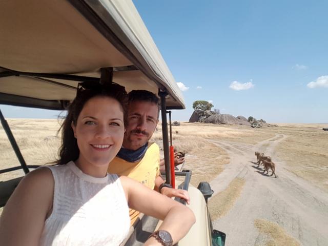 María y Marcos disfrutando de la presencia de una manada de leones y leonas en P.N. de Serengueti. Por María