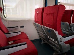 Espacio entre los asientos con tarifa de primera clase. Por Udare