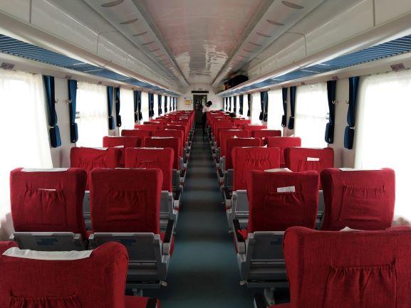 Interior del vagón del tren lunático con tarifa de primera clase. Por Udare