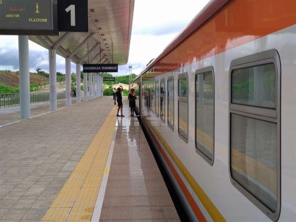 Nuevo tren lunático en la estación de Mombasa, Kenia. Por Udare