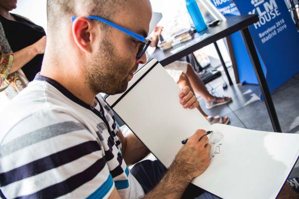 Carlos de Babilonia´s Travel ilustrando en directo. Por KLM