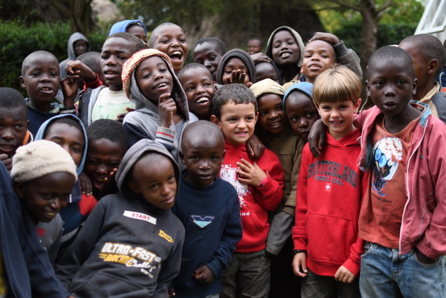 Con los niños del orfanato del Ziwa Bush Lodge en Nakuru. Por Cristina