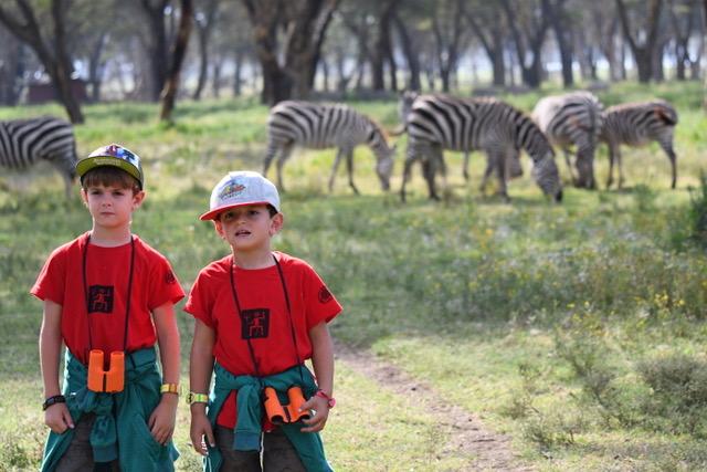 Dos pequeños exploradores en Crescent Island junto a las cebras. Por Cristina