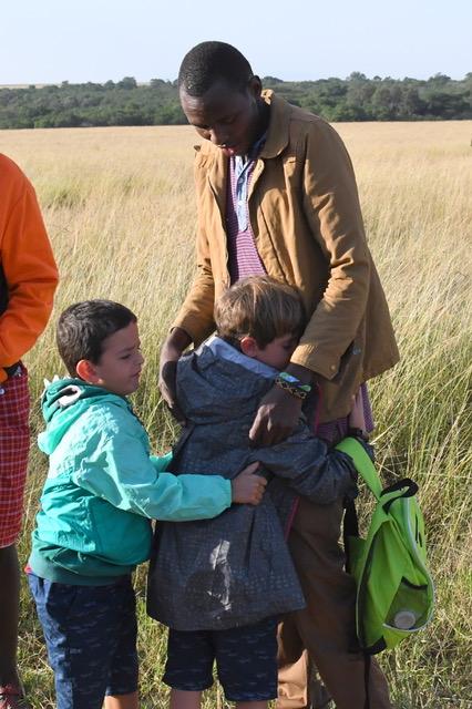 Y el cariño que les cogieron los niños (en la foto con Lázaro en la despedida) tambien. Por Cristina