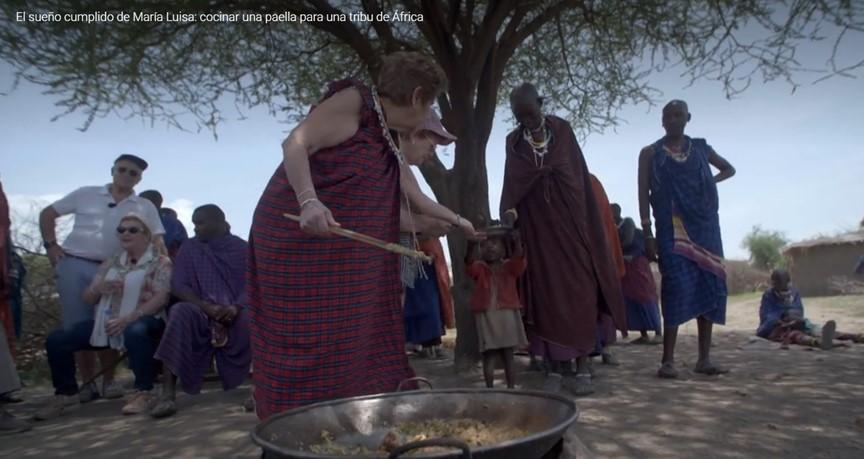Ofreciendo la paella a los masais