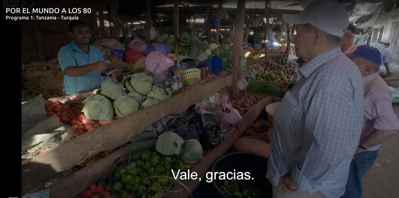 Comprando los ingredientes en el mercado. Por Antena 3
