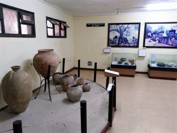 Cerámicas y otros objetos encontrados en las Ruinas de Gede. Por Udare