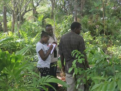 Trabajando con la comunidad local. Por Colobus Conservation