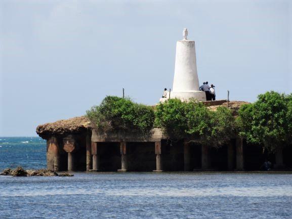 Vistas del pilar de Vasco de Gama desde la playa en Malindi. Por Udare