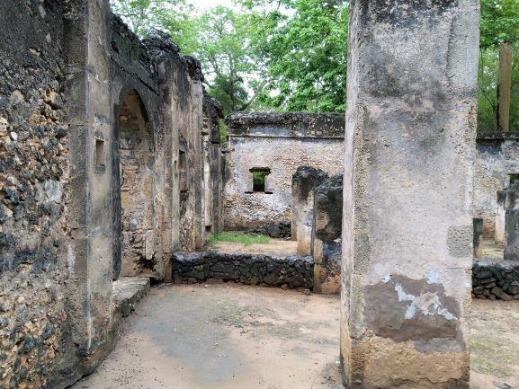 Edificios construidos con piedras de coral en Ruinas de Gede. Por Udare