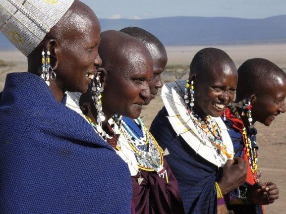 Mujeres masai poblado Ngorongoro. Por Suso y Anabel