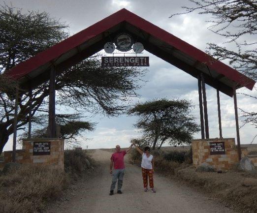 Suso y Anabel en la puerta de Serengeti. Por Suso y Anabel