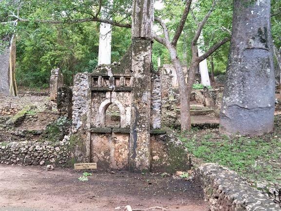 Tumba pilar en Ruinas Gede. Por Udare