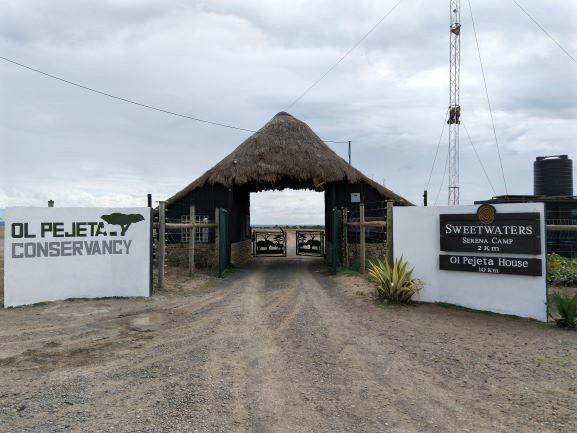 Puerta de acceso a Ol Pejeta Conservancy. Por Udare
