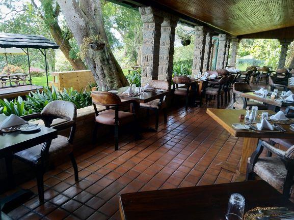 Comedor exterior en el hotel Aberdare Country Club. Por Udare