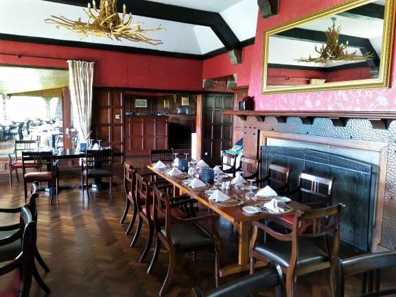 Comedor interior en el hotel Aberdare Country Club. Por Udare