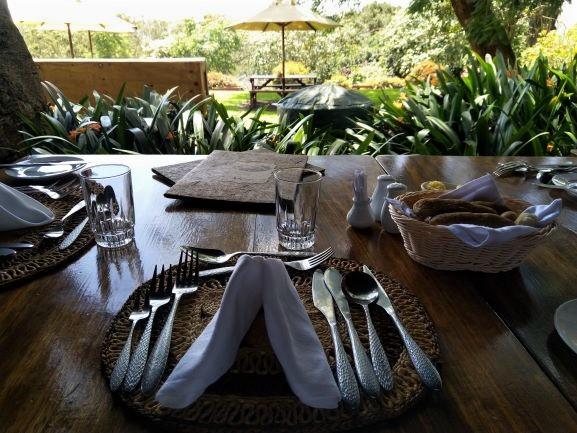 Mesa exterior durante la comida en el hotel Aberdare Country Club. Por Udare