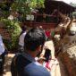Turistas dando de comer y fotografiando a jirafa en Giraffe Centre de Nairobi. Por Udare