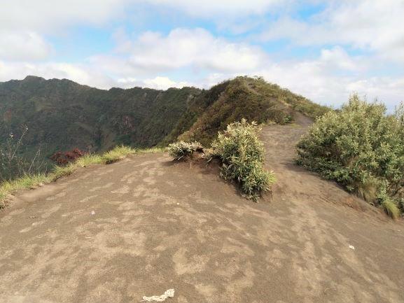 Bordeando el cráter. Por Udare
